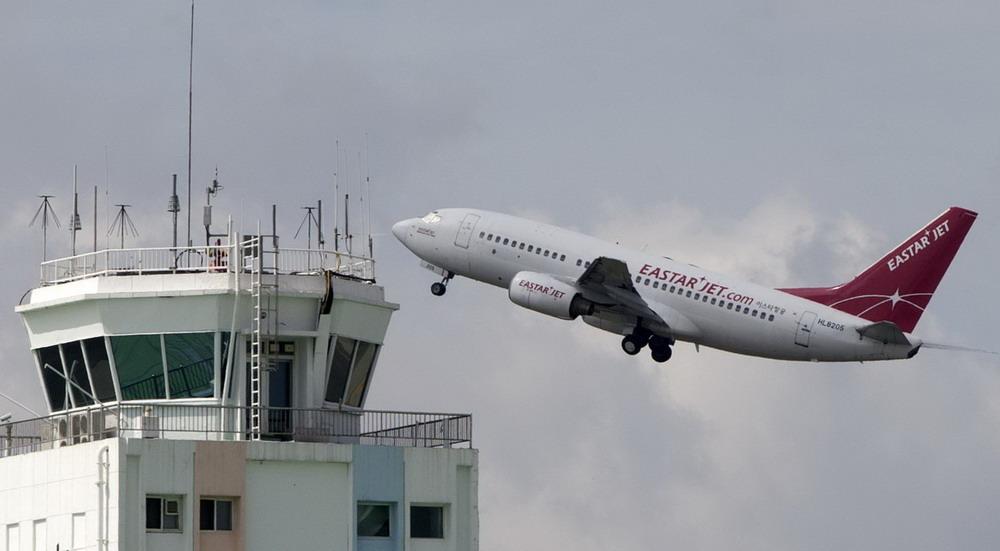 8月5日,搭载韩国前总统金大中遗孀李姬镐的飞机从首尔金浦机场起飞前