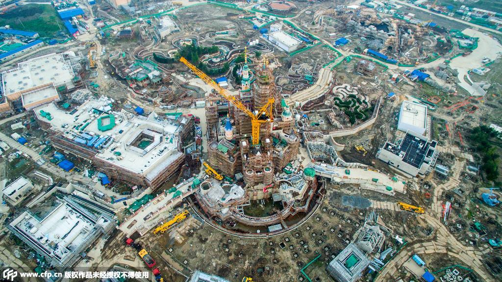 中国大陆首座迪士尼度假区上海迪士尼度假区即将在2016年开幕,15日上海迪士尼首度揭秘六大主题园区,届时将为中国游客带来神奇的迪士尼故事讲述和度身设计的创新体验。 华特迪士尼公司董事长兼首席执行官罗伯特艾格在上海世博中心举办的展示活动中,揭示了备受期待的上海迪士尼度假区的宏大愿景,并通过介绍度假区的等比例模型,揭晓其主要游乐项目、娱乐演出、餐饮及酒店的众多亮点。 艾格表示:我们在上海建造的是一座独一无二的度假目的地,它将呈现最佳的迪士尼故事讲述,同时融入中国悠久传承的独特魅力。上海迪士尼度假区将为一