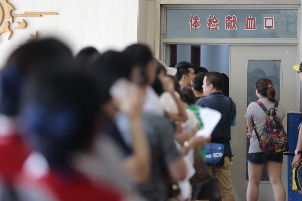 8月13日,市民在天津市血液中心排队献血。