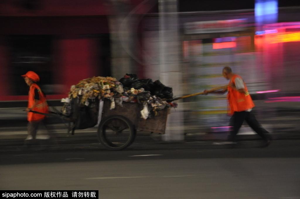 七夕夜垃圾暴增 环卫工凌晨两点起床打扫【3】