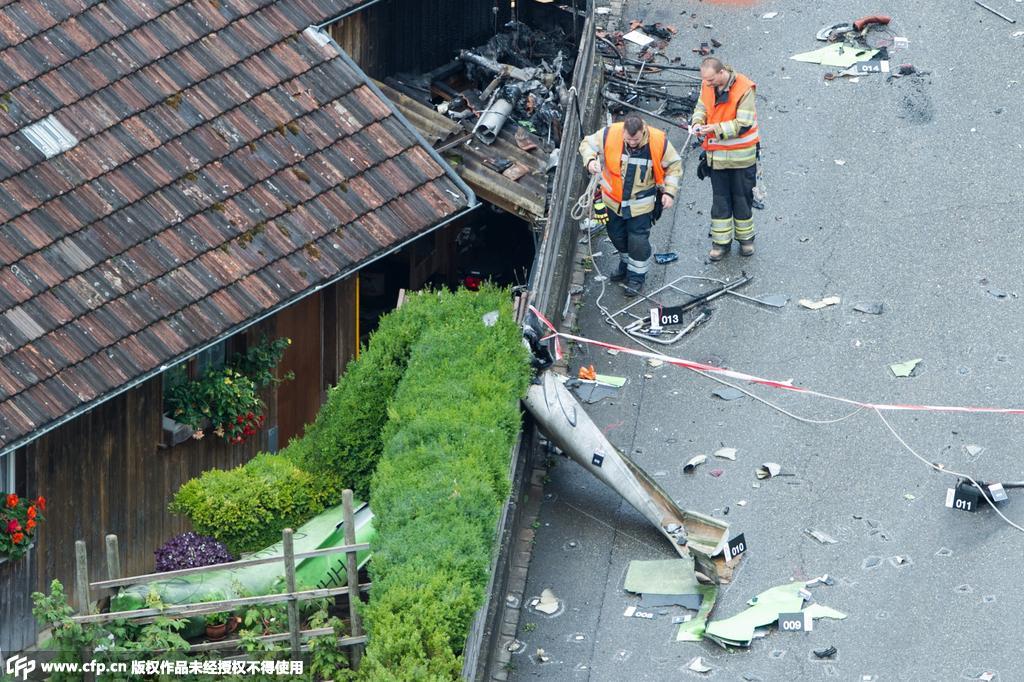 瑞士两架小型飞机航展中相撞坠毁 至少1人死亡