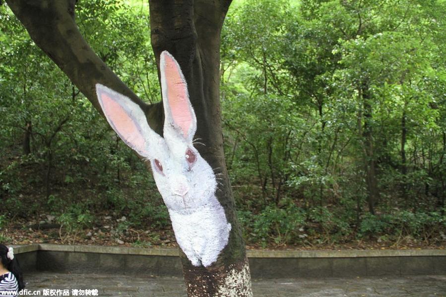"""桂林七星公园树干画出动物世界 小动物树上""""安家"""""""