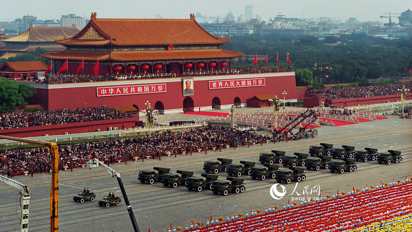 1999年国庆阅兵,轮式122自行火箭炮方队.乔天富摄