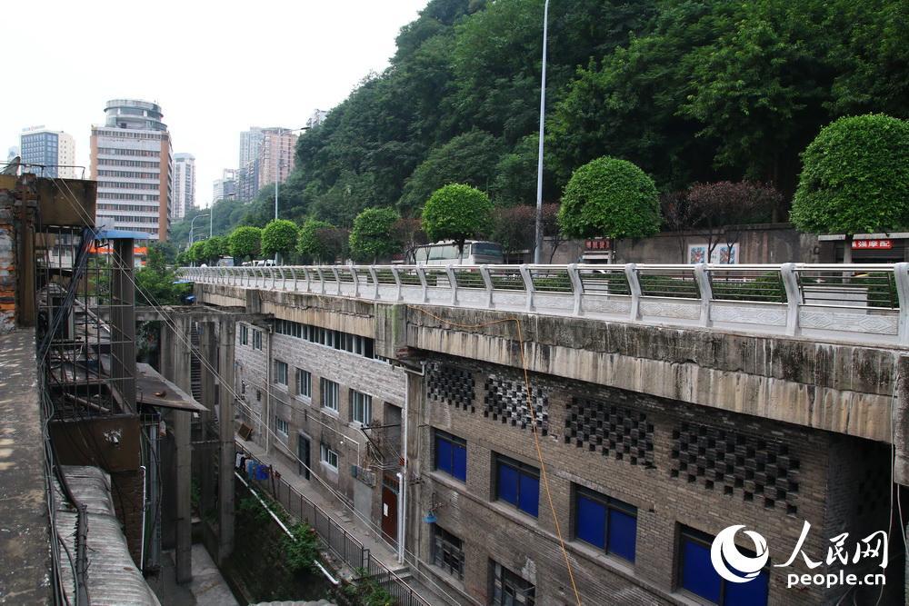 不久就会拆迁.(苏志刚)-探访重庆路面下建房的 最牛违章建筑图片