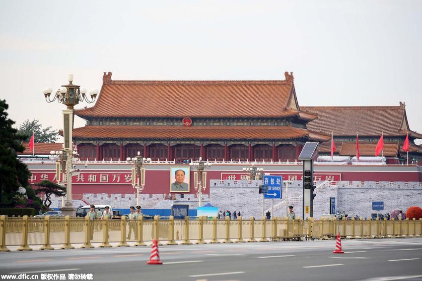 抗战胜利日阅兵倒计时 天安门广场装扮一新正阳门红旗飘扬 - 人在上海    - 中国新闻画报