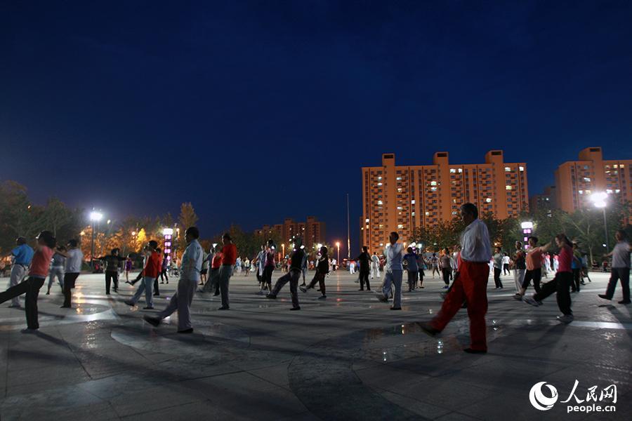 新疆人的夜生活:我们的广场舞亚克西