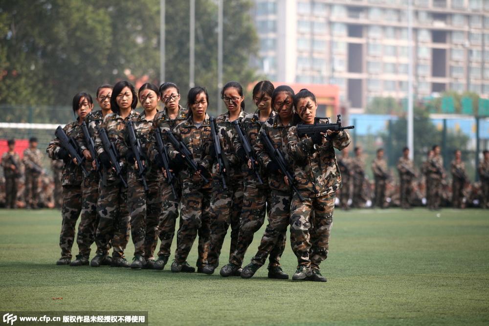 """济南:大学新生军训上演""""特种兵""""战术演练"""