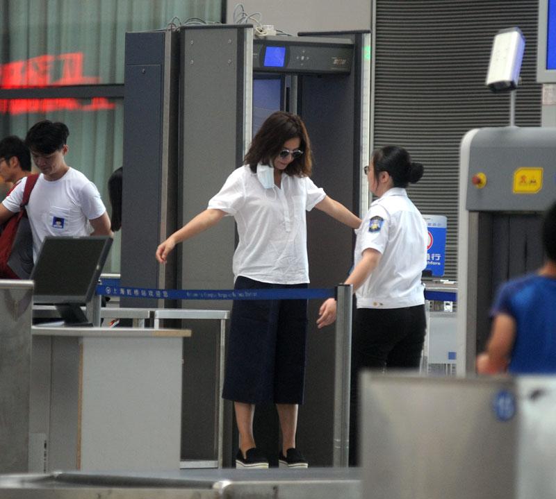 薇白衣黑裤现身火车站安检 戴口罩穿越人群无人识图片