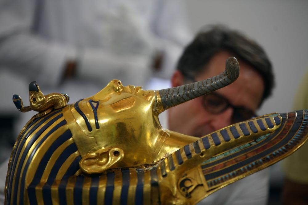 图坦卡蒙法老黄金面具去年8月被埃及国家博物馆工作人员意外触碰,致使面具的胡须部分脱落。为了不影响展出,博物馆工作人员使用不当修复材料,在面具上留下黏合痕迹。目前,德国人克里斯蒂安埃克曼带领德埃两国专家团队正在对此进行修复工作。新华社发(艾哈迈德戈马摄)