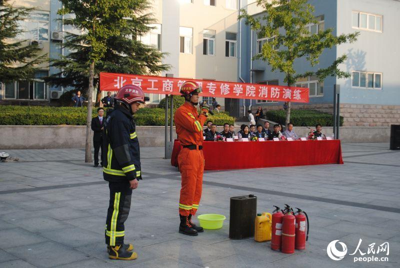 消防官兵现场讲解了灭火器和灭火毯的使用方法