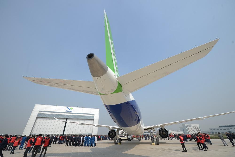 中国国产c919大型客机首架机在上海总装下线