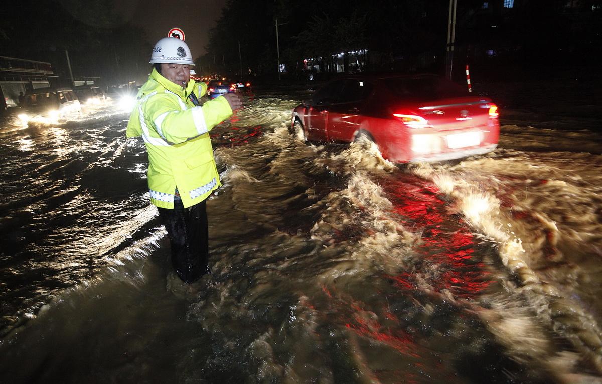 广西柳州遭遇大雨内涝发布洪水蓝色预警