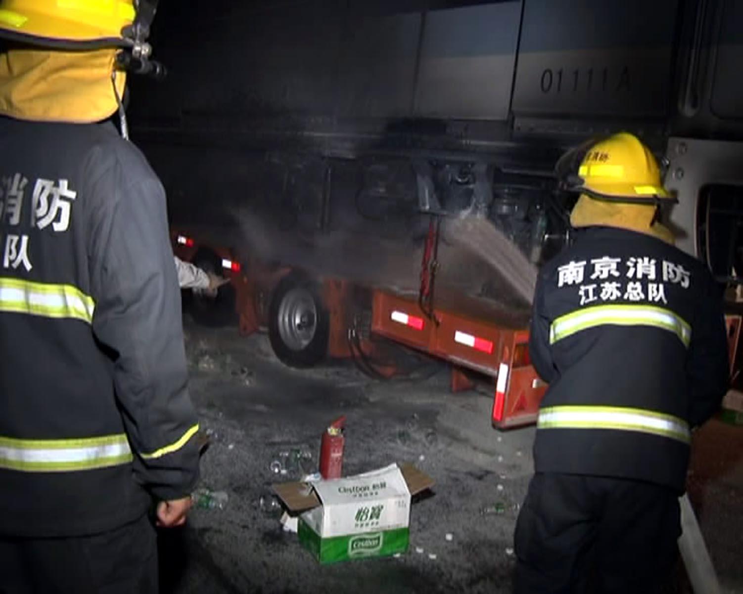 南京 平板车轮胎着火 烧了近千万的地铁车头