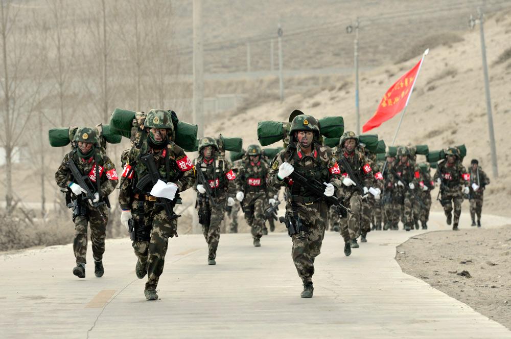 11月28日,武警西藏总队在拉萨开启雪域勇士2015极限训练考核竞赛活动。活动旨在检验和提升特战队员在高寒缺氧等复杂环境条件下的综合军事能力和处突反恐能力。训练活动将持续至12月4日。新华社记者 刘东君 摄