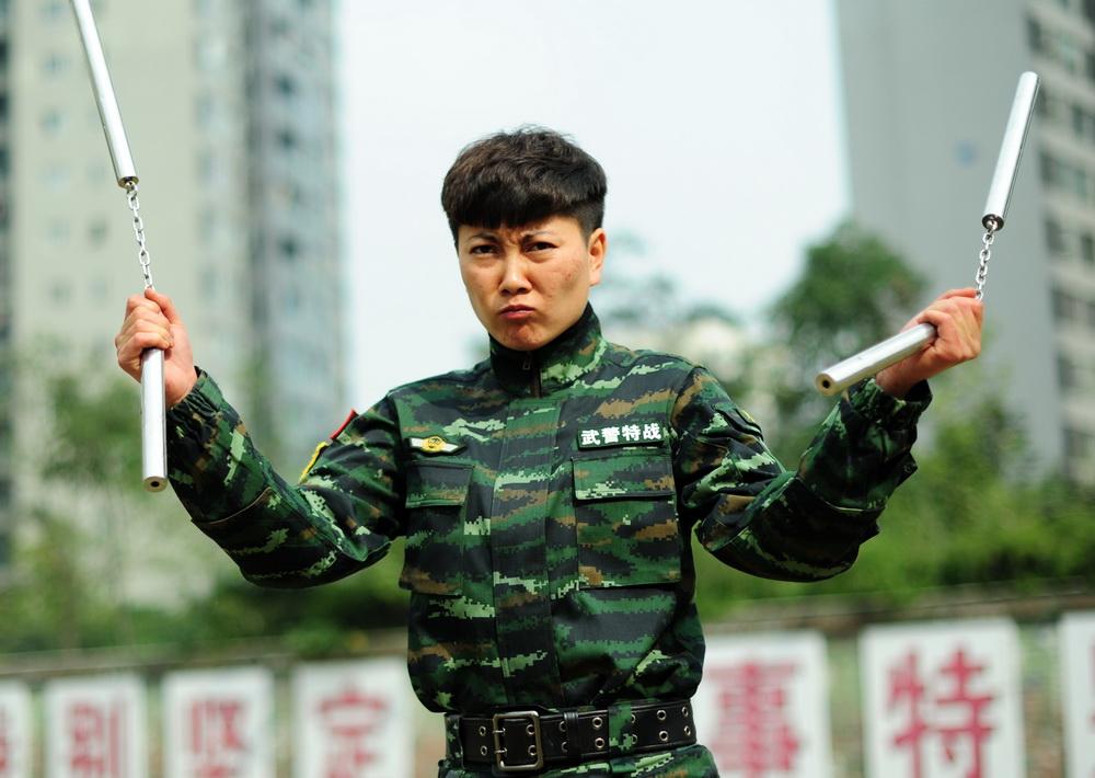 日前,武警四川总队女子特警队即将退伍的女兵们用一场别开生面的图片