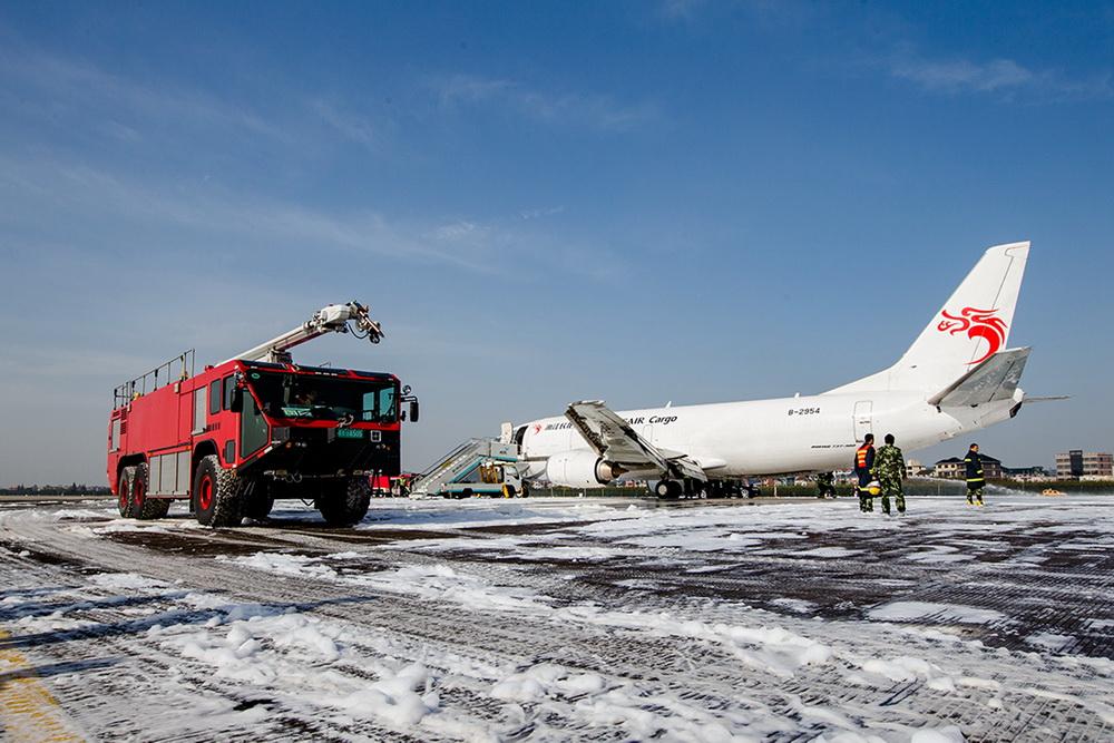 杭州:萧山机场一架飞机迫降 机上人员安全落地表情淡定
