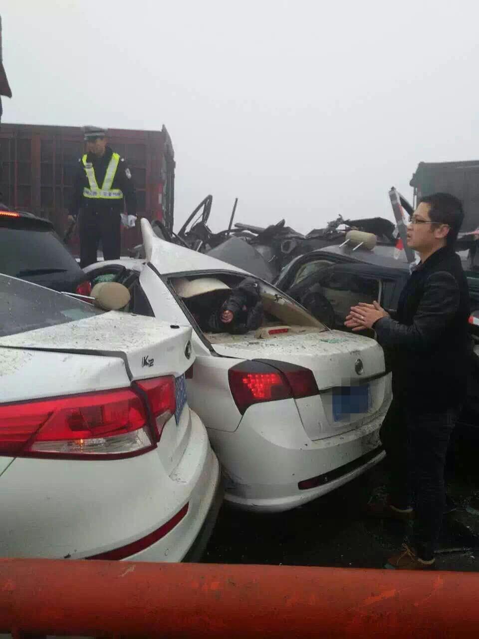 太原至长治高速发生多车连环相撞事故
