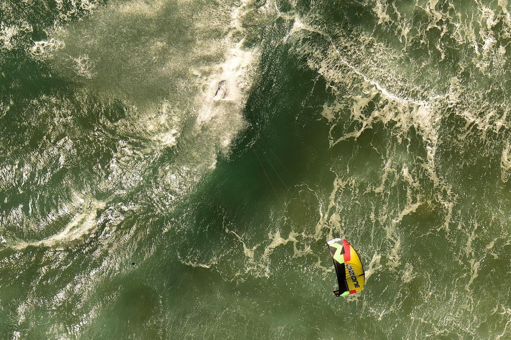 大海 风筝/航拍风筝冲浪者挑战大海瞬间直面近8米巨浪毫无畏惧