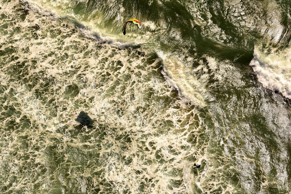 大海 风筝/航拍风筝冲浪者挑战大海瞬间直面近8米巨浪毫无畏惧【2】