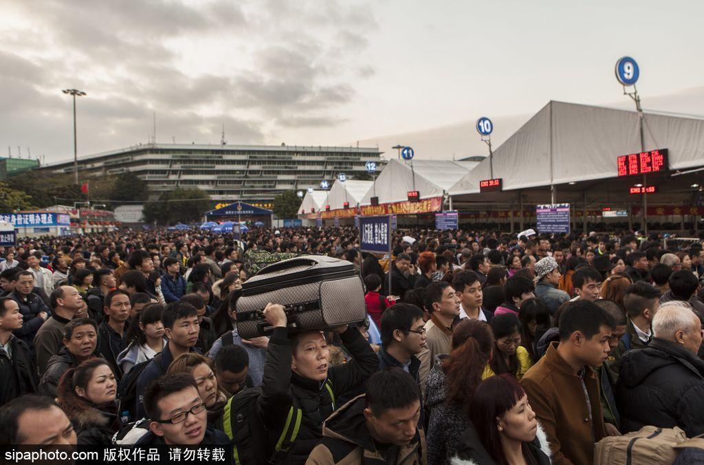 春节临近 广州火车站人山人海场面壮观