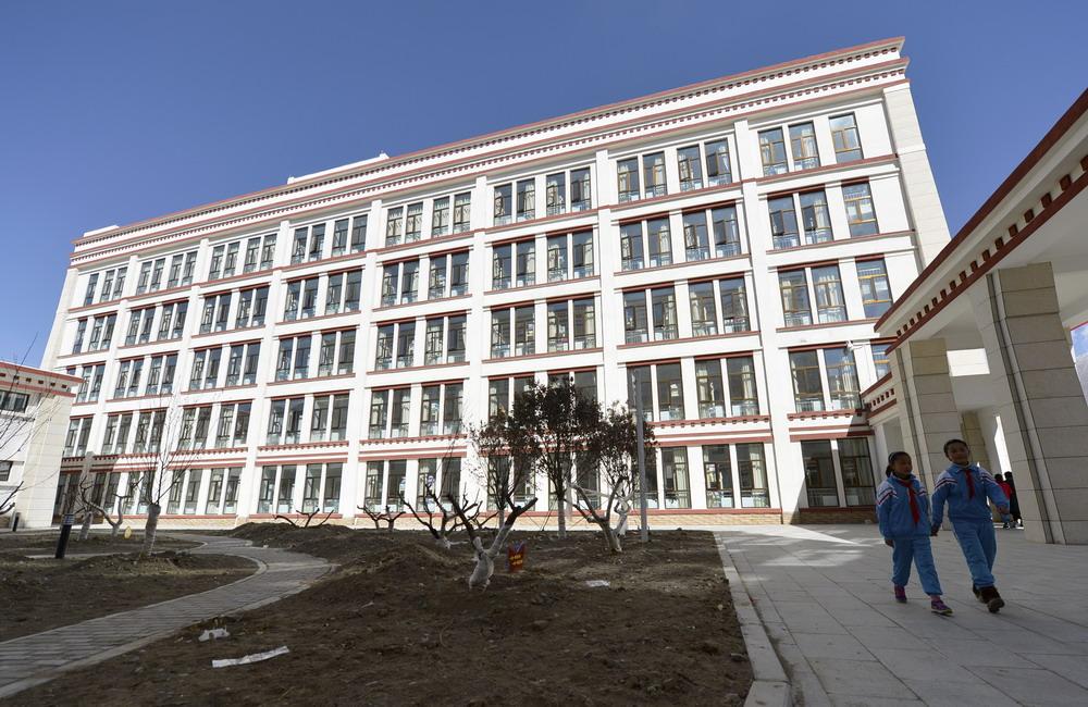 这是在拉萨市实验小学分校内拍摄的学生宿舍楼(新华社记者 刘东君 3月