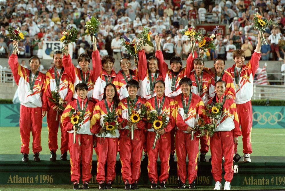 在1996年亚特兰大奥运会女子足球决赛中,中国队以1比2负於美国队,获