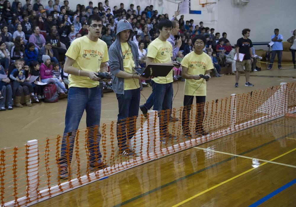 美国顶尖高校举行机器人足球赛