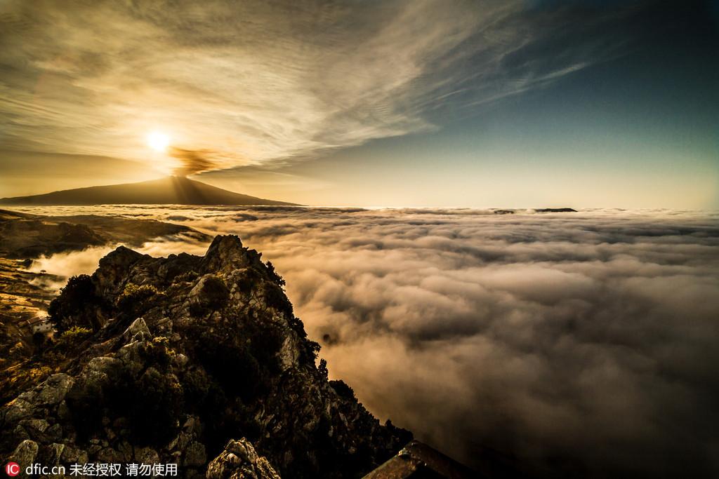 男子纪录欧洲最高活火山喷发画面 冲天烟柱气势磅礴