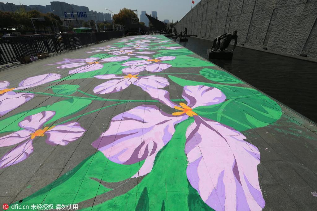 用美术颜料手绘紫金草图案