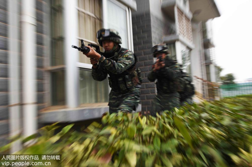 """南宁广西:武警居民区上演""""反恐精英""""高中中华黑板报图片"""
