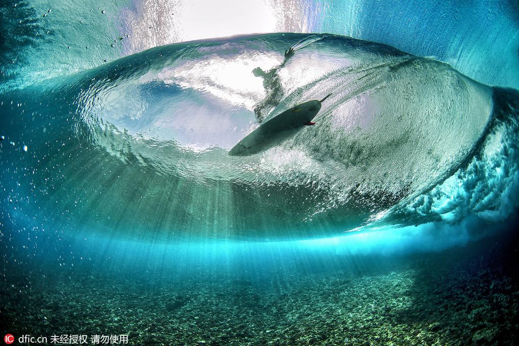 摄影师藏身水下拍摄海面冲浪震撼画面