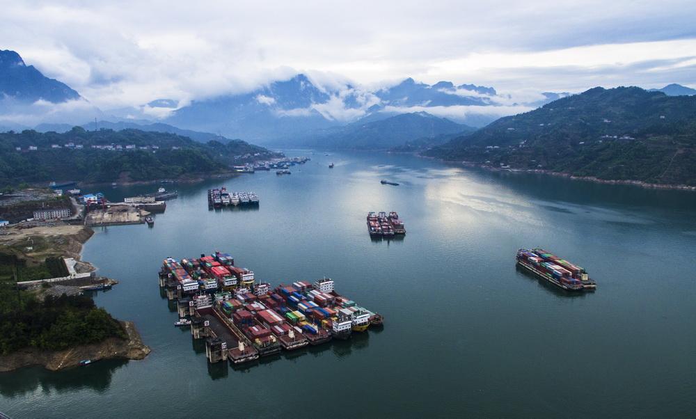 据长江三峡通航管理局相关负责人介绍,三峡船闸今年一季度货物通过量创历史同期新高。截至3月31日,三峡船闸今年共运行2577闸次,同比上升7.2%;通过船舶1.01万艘次,同比下降2.3%。 与去年同期相比,三峡船闸今年一季度通过旅客2.7万人次,增长127%;通过货物2626万吨,增长7.
