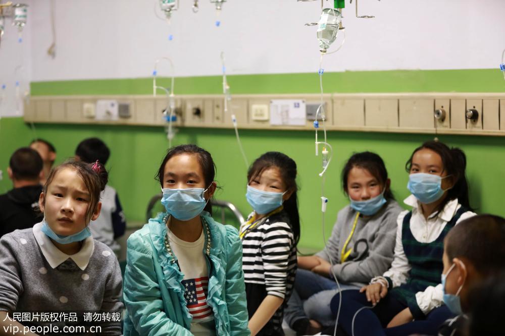 2016年4月12日23时许,在山西临猗县人民医院,多名氯气中毒的小学生正在输液。鲍东升/人民图片
