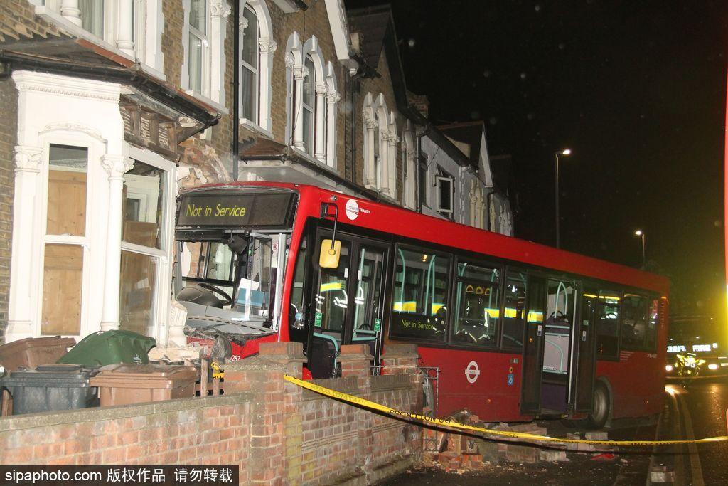 """伦敦公交车""""失控""""撞进路边房屋 现场一片狼籍"""