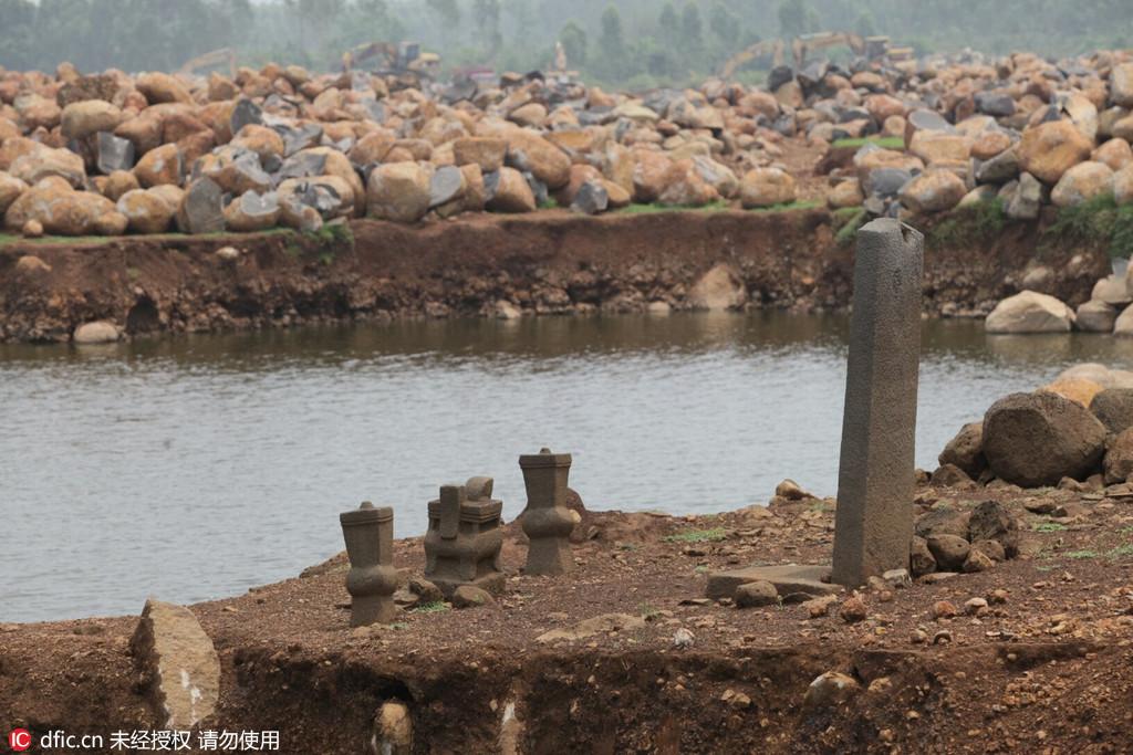 广东湛江一水库泄洪 水库底露出古墓葬群