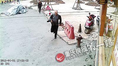"""抓贼 同伙/见自己落在最后,李某指着同伙大喊:""""抓贼啊!"""""""
