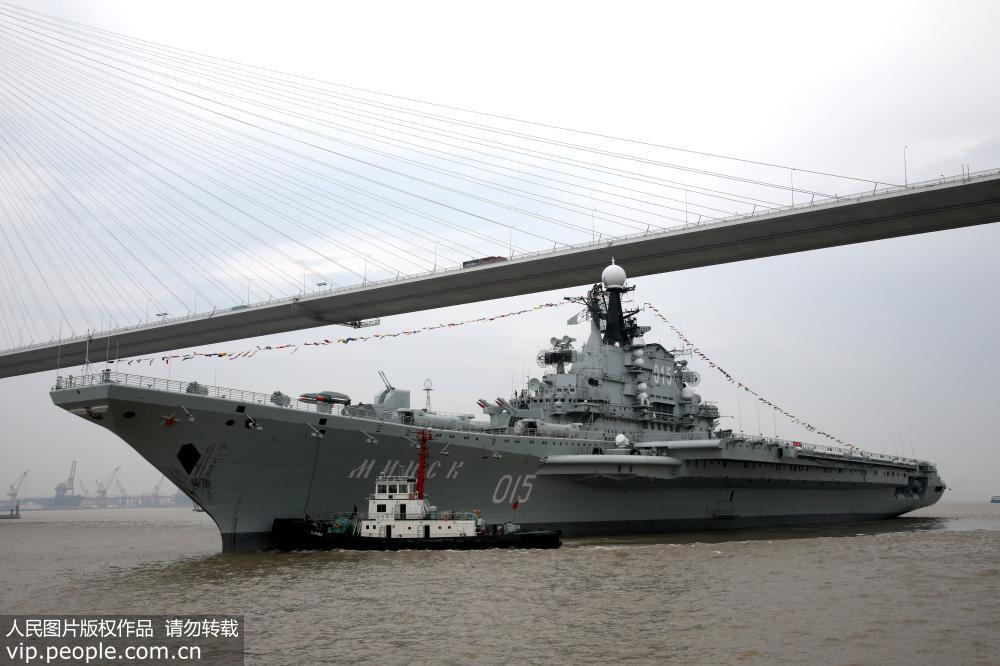 明思克 号航母安全通过苏通大桥