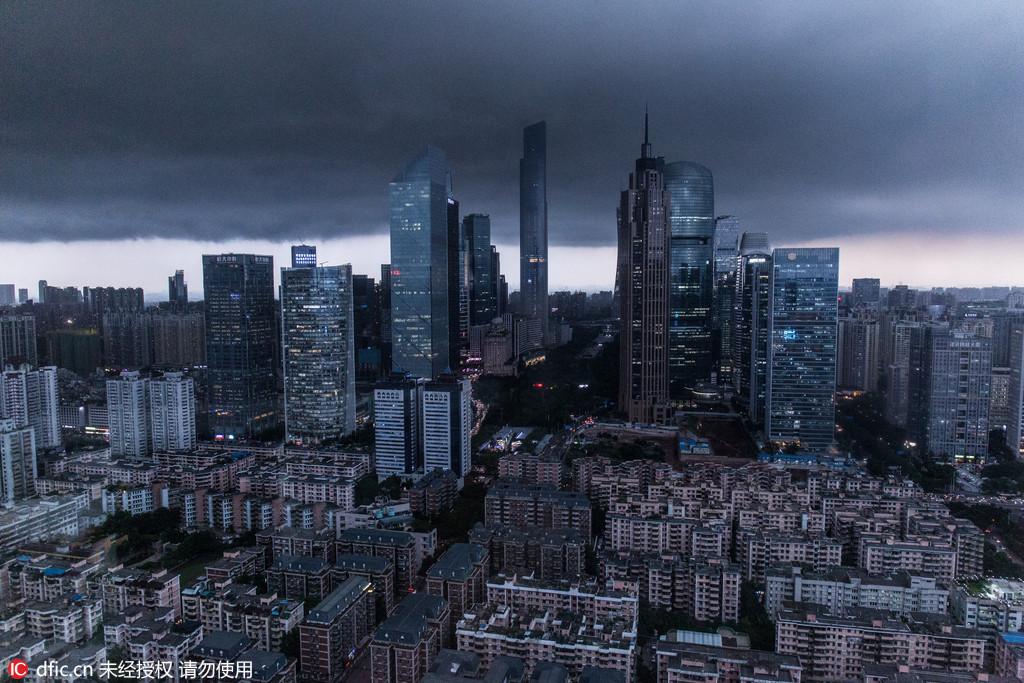 """广州傍晚受雷暴云团笼罩 现""""一线天""""气象奇景"""