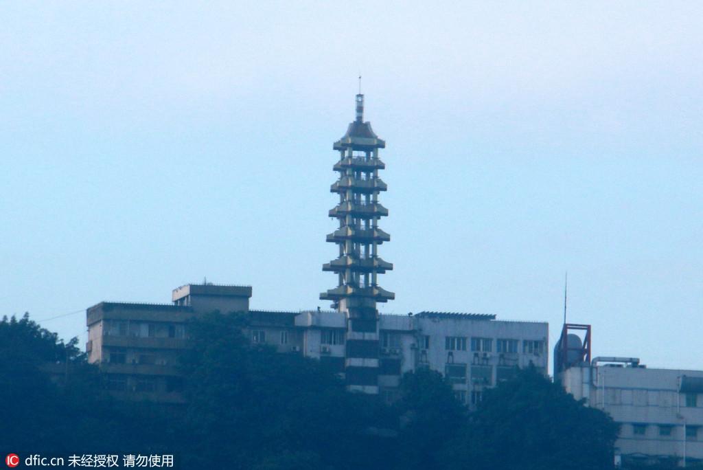重庆一居民楼楼顶建30米高塔