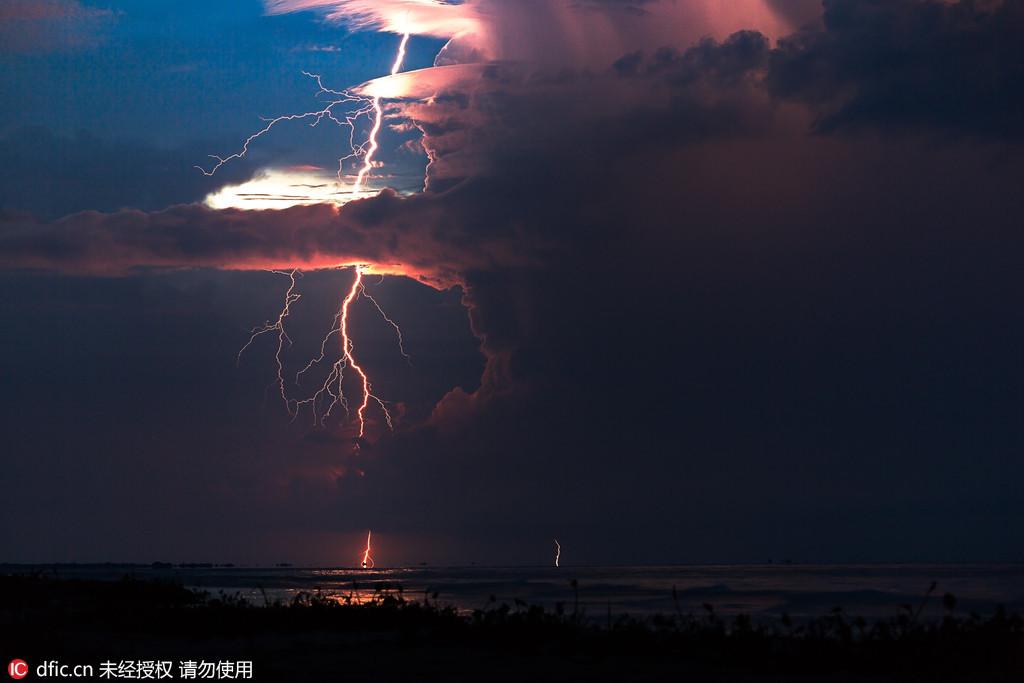 摄影师雷暴天气拍摄闪电 贯穿夜空气势如虹
