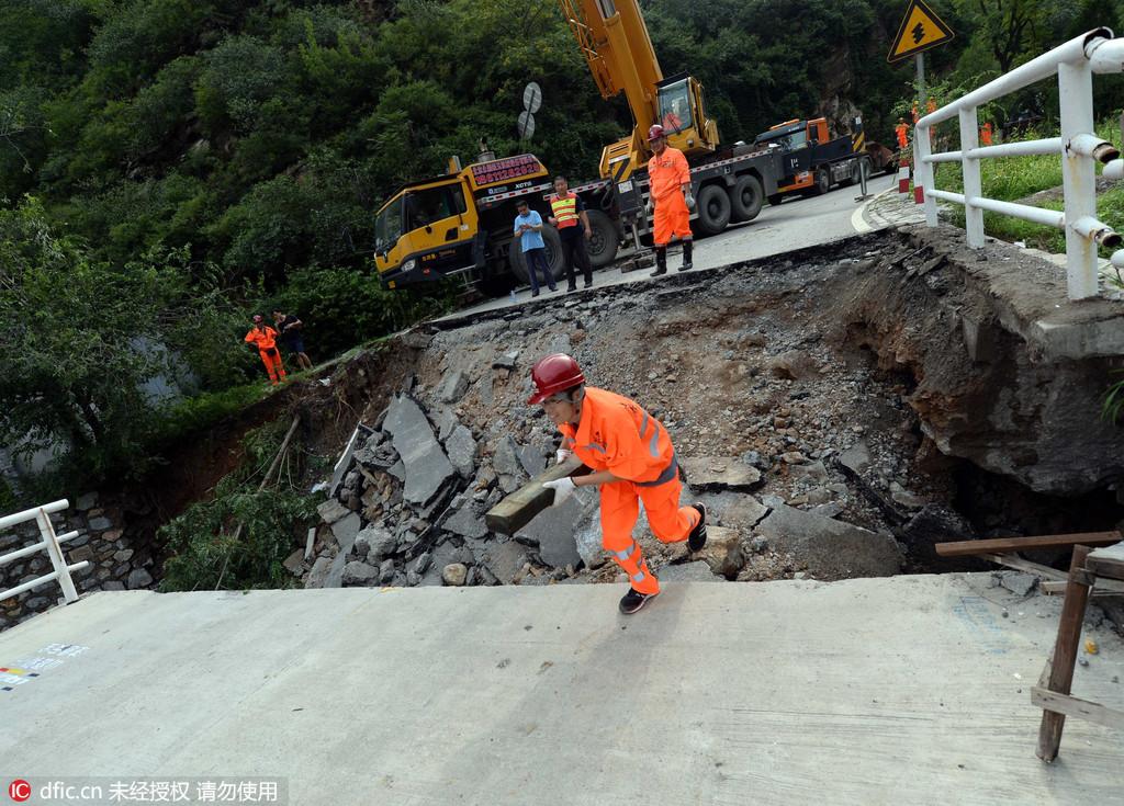2016年7月21日,暴雨过后,北京门头沟妙峰山附近路段杨岭桥被洪水冲断,目前,全线临时封闭,市政路桥养护集团多名工人正在现场抢修。今天下午记者在现场看到,大桥桥体受损严重,桥头一侧已经坍塌,养护集团多名工作人员正在架设钢架桥。据现场一名工作人员称,今天上午8点多,发现桥体损坏,迅速派出多名人员和各种设备进行抢修,目前正在架设钢架桥梁。该工作人员表示,妙峰山景区附近还有2000多户居民,为不影响大家生活,预计明天(22日)上午8点能够铺设完毕,确保道路畅通。