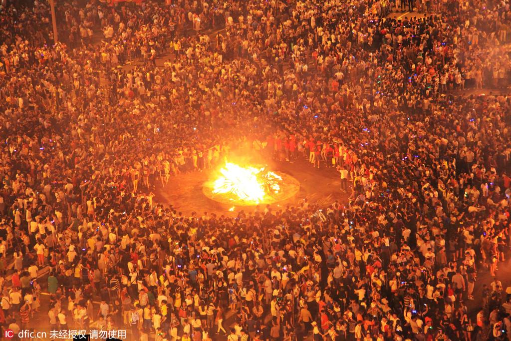 四川凉山彝族火把节数万人汇聚西昌街头点火狂欢