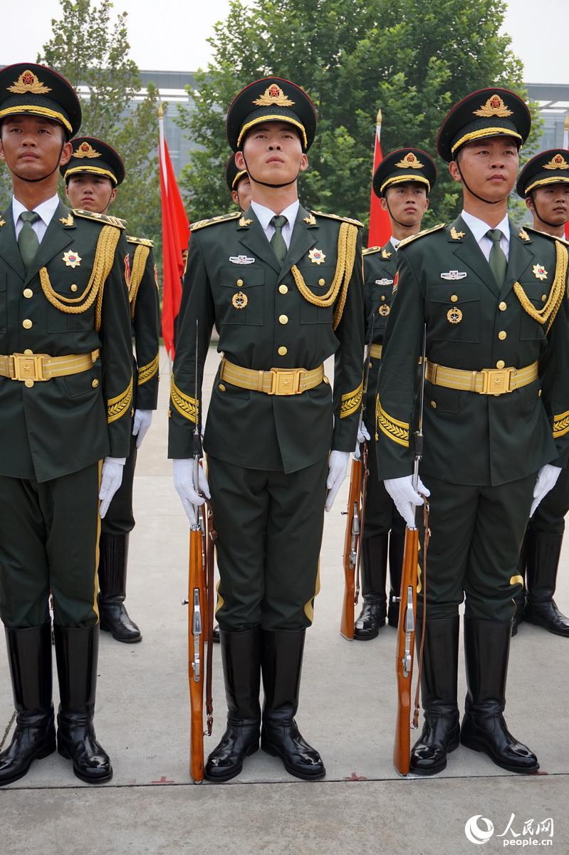 ) 军装笔挺的仪仗队员伫立在骄阳之下,汗水顺着额角流入了眼睛,