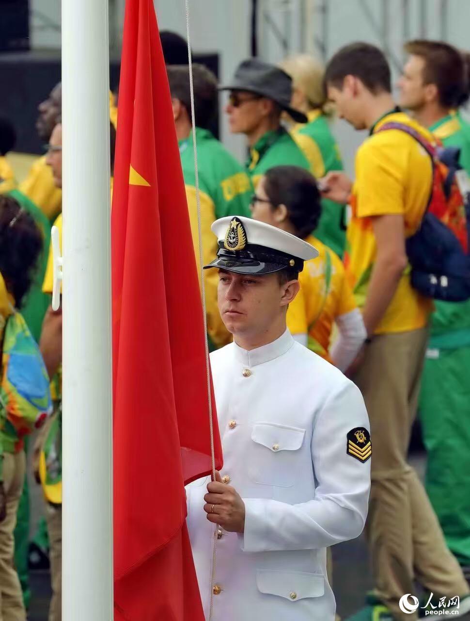 8月3日,中国代表团在巴西里约奥运村举行隆重的升旗仪式。记者 史家民摄