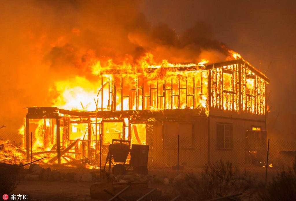 美国加州大规模大火持续 超过8万人被迫撤离