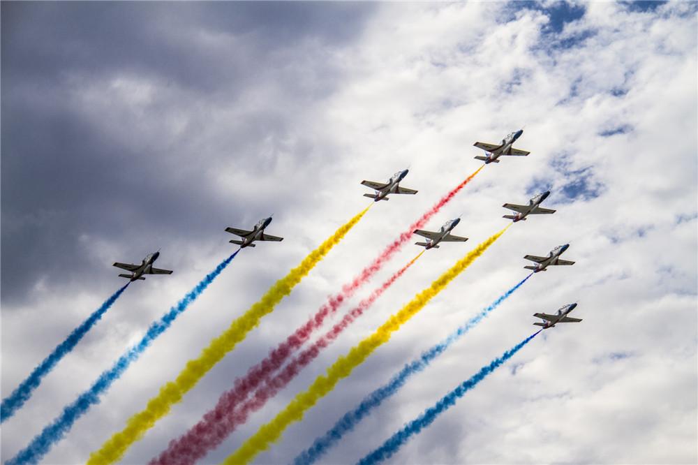 中国空军三支飞行表演队,两支跳伞队以及部分现役主战飞机进行了精彩