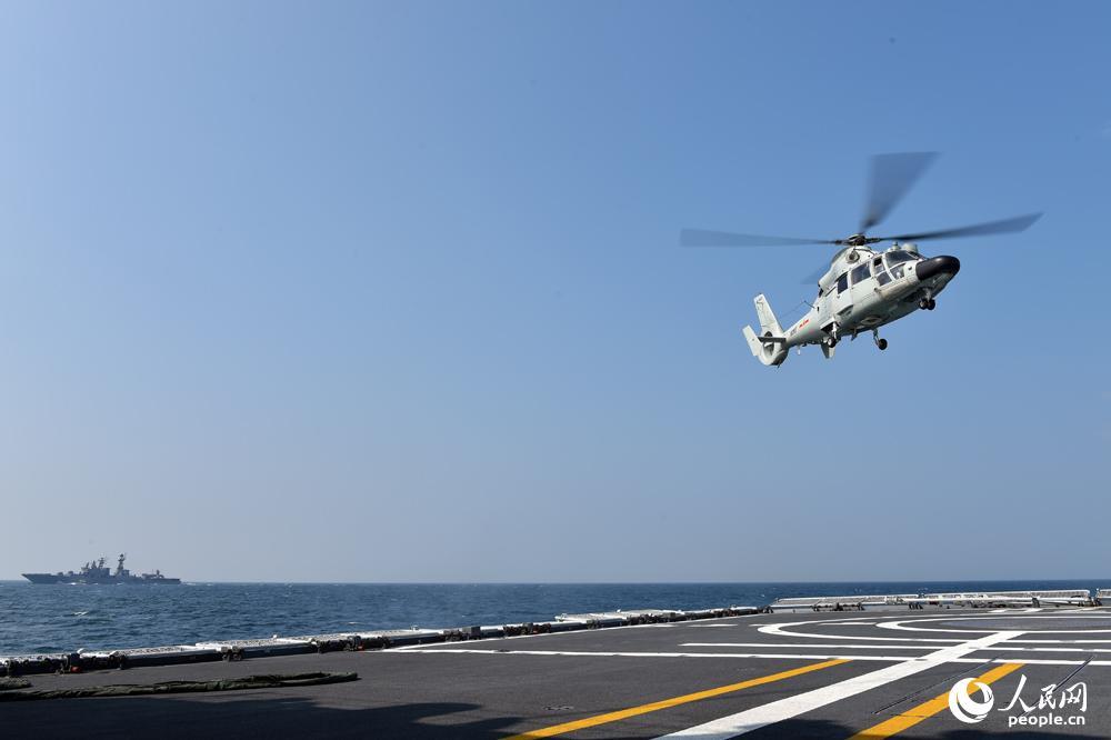 9月16日,舰载直升机起飞离舰,进行海上搜救演练.