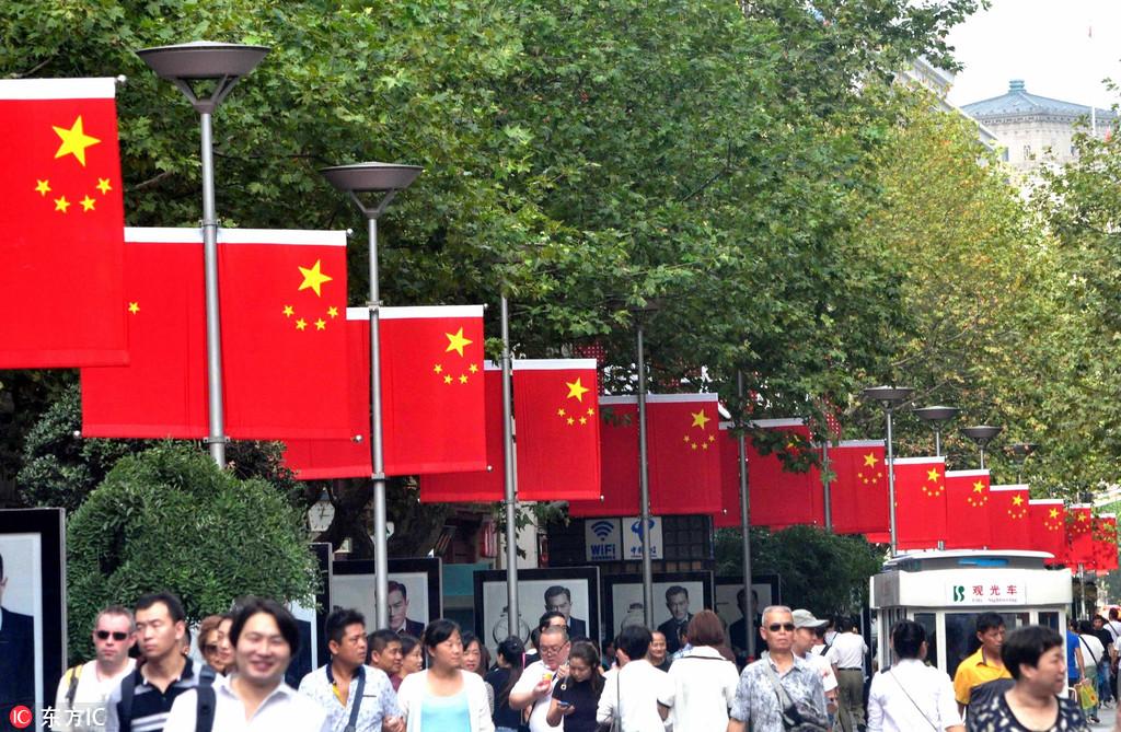 上海南京路红旗招展 喜迎国庆67周年