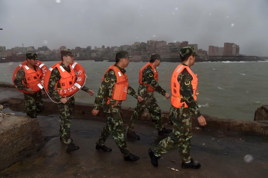 9月27日,泉州边防支队祥芝边防派出所官兵在福建石狮祥渔码头巡查,防止渔民及游客进入危险区域。  新华社记者 姜克红摄