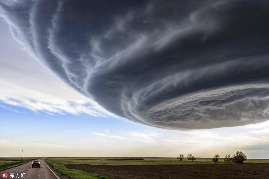 """追逐者,他旅行美国大平原""""龙卷风走廊""""一带,拍摄了一组十分震"""